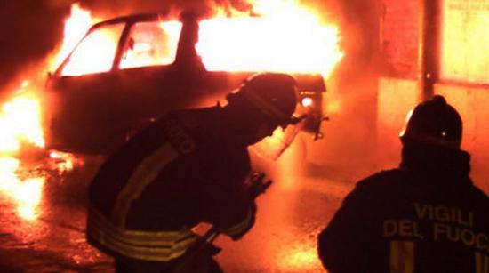 MONOPOLI I I poliziotti si trasformano in Vigili del fuoco e domano il rogo di una vecchia Fiat Uno