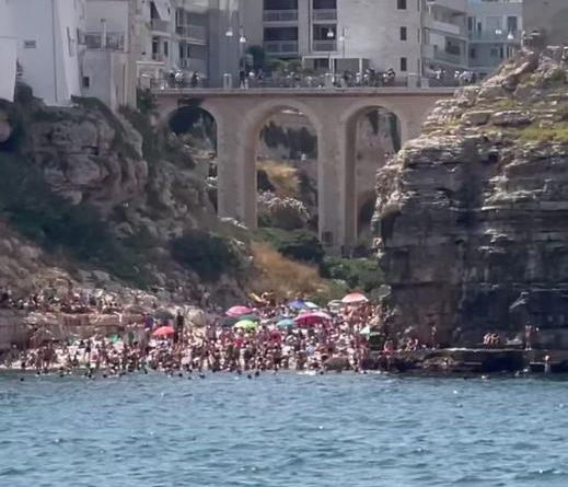 Chiara Ferragni saluta Polignano a Mare
